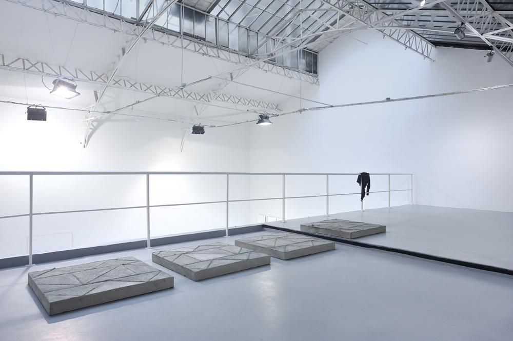 Lasse Schmidt Hansen, Vue d'installation,autumn, 2013, Reinforced concrete, 4 parts, 107 x 107 x 10 cm chaque   — Galerie Éric Hussenot, Paris