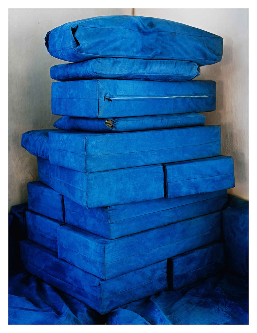 Untitled (Blue Pillows), 2010, Edition 2/6, C-print, 76,2 x 101,6 cm  