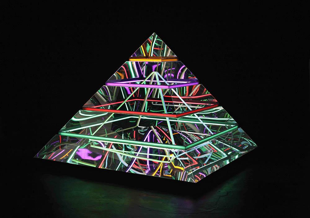 Nothing Novel Nothing Strange, part 2 2009, Edition unique, Pyramide en plexiglass, système électrique, néons, 180 x 180 x 170 cm   — Galerie Éric Hussenot, Paris