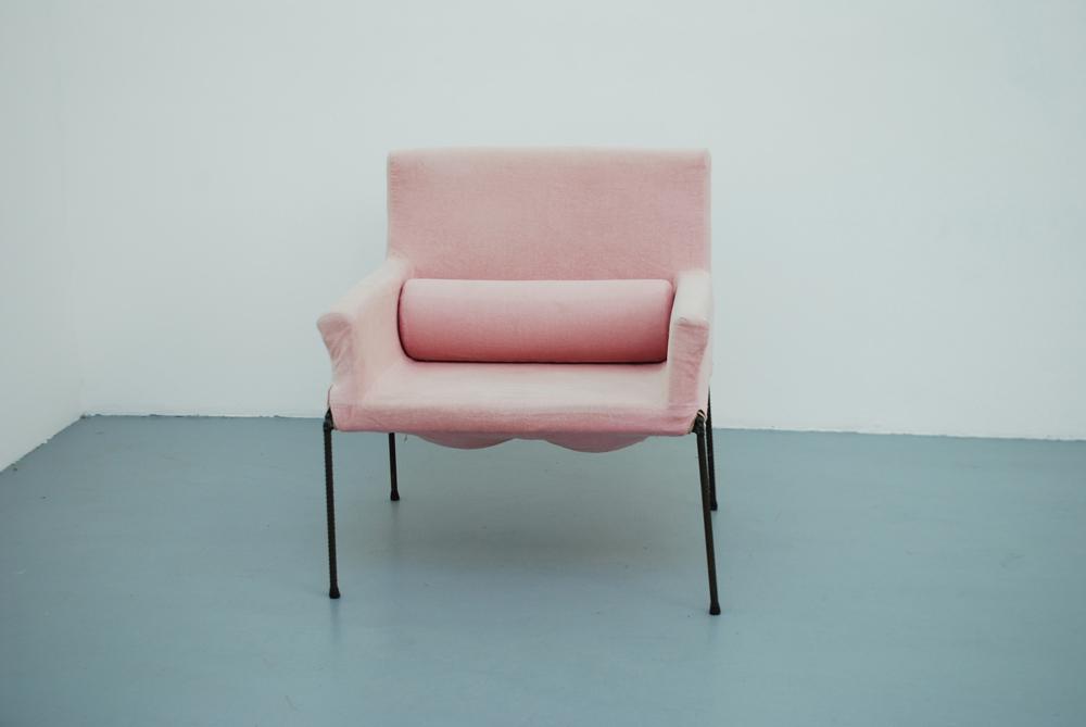 Franz West, Untitled Club Chair, 2005, Pièce unique  Fauteuil en mousse, tissus et métal, 90 x 80 x 85 cm    — Galerie Éric Hussenot, Paris
