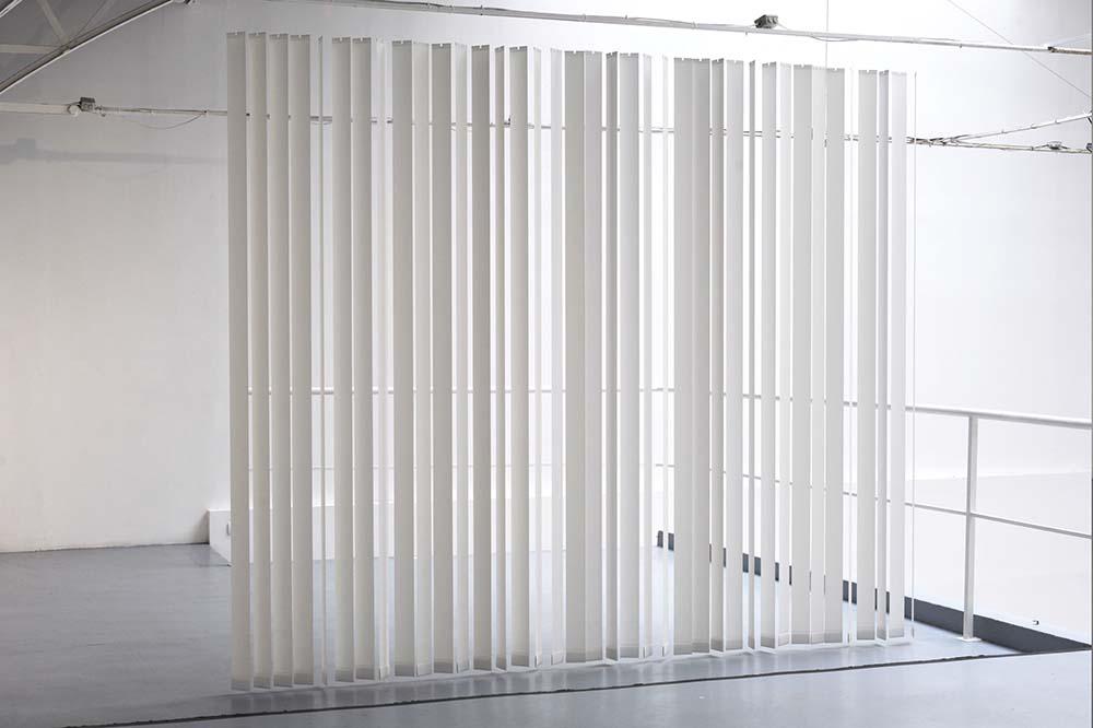 Lasse Schmidt Hansen, Uro, 2006,   Edition 3/3 + 1 EA, Bandes de store en papier,   260 x 320 x 10 cm   — Galerie Éric Hussenot, Paris