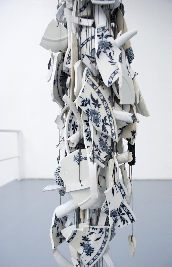 Affiliation #2 (détail), 2011, Mixed media, platre, tapis, porcelaine, file, cire, 