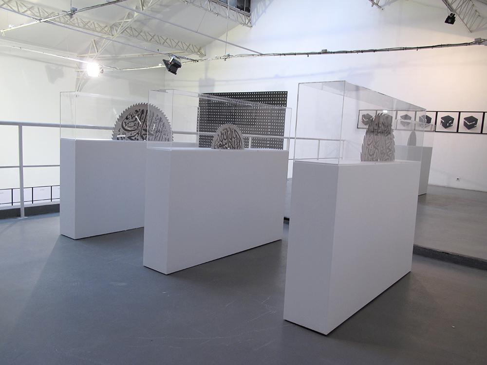 Seeing is believing, 2011, vue d'installation, galerie Hussenot, Paris.  Coupes, 2009-2010, peinture sur lames de scie circulaire et socle en bois — Galerie Éric Hussenot, Paris