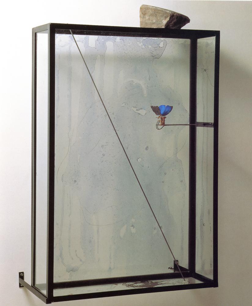 Nuage de pierre, Rebecca Horn, 1995, Vitrine en verre, cadre en fer, moteur, pierre, 110 x 70 x 19 cm   — Galerie Éric Hussenot, Paris