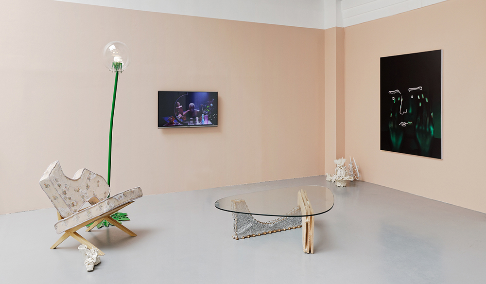 Design & Crime, Vue d'installation : Jessi Reaves, Penti Monkkonen, Alex da Corte, Lucile Littot, Louisa Gagliardi,   Eric Hussenot, Paris — Galerie Éric Hussenot, Paris