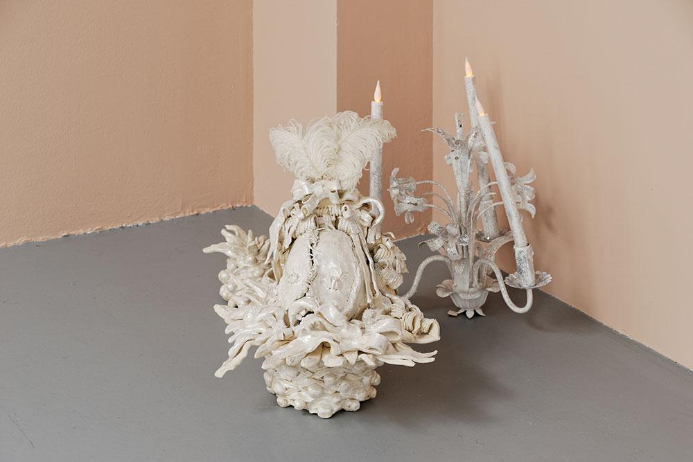 J'ai tout vu, j'ai tout su, et j'ai tout oublié Song n.1 Never trust a pretty face,  Lucile Littot, 2016, Grès, émail blanc nacré, lustre irisé, plumes d'autruche, chandelier, glycero, paillettes, fausses bougies.  40 x 42 x 40 cm / 29 x 17 x 32 cm / 20 x 20 x 30 cm   — Galerie Éric Hussenot, Paris