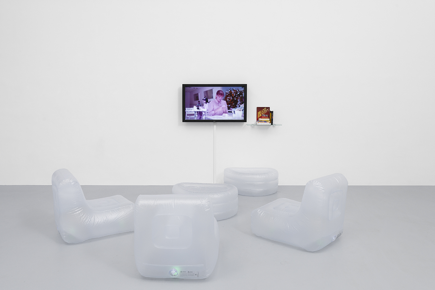 YouTube zapping 2019, installation, two hours in loop, dimension variable — Galerie Éric Hussenot, Paris