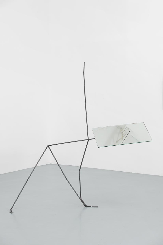 Metal Yoga Man - Triangle, Laure Prouvost, 2019, métal, miroir, 190 x 193 x 53 cm — Galerie Éric Hussenot, Paris