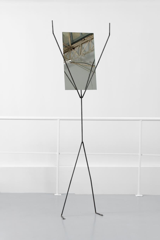 Metal Yoga Man - Mountain, Laure Prouvost, 2019, métal, miroir, 245 x 75 x 15 cm — Galerie Éric Hussenot, Paris