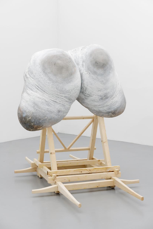 Sans Titre, Cyril Magnier, 2019, Résines polyester, mousses, argiles, bois, peinture,   270 x 200 x 165 cm   — Galerie Éric Hussenot, Paris