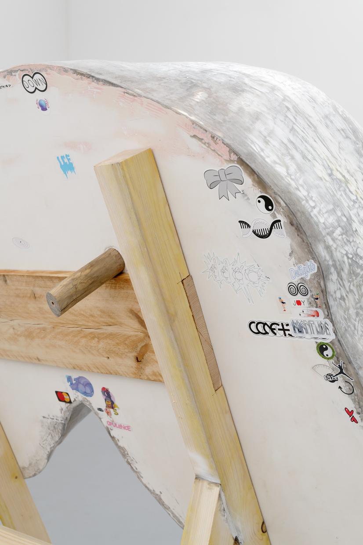 Sans Titre (detail), Cyril Magnier, 2019, Résines polyester, mousses, argiles, bois, peinture, 270 x 200 x 165 cm — Galerie Éric Hussenot, Paris